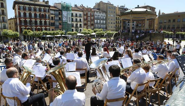 Foto de la Banda de Garrapinillos (Zaragoza), durante su actuación en la Plaza del Castillo.