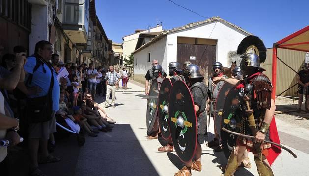 El grupo de recreación histórica 'II Cohors Vasconum', de Mendigorría, representó este domingo ante el público las técnicas de combate que usaban los romanos.