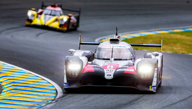 El Toyota TS050 Hybrid sobre el asfalto de Le Mans durante la prueba.