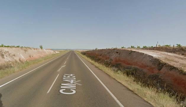 La caída ha ocurrido a la altura del kilómetro 17 de la carretera CM-4025, en el término municipal de Consuegra.