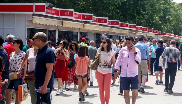 Visitantes disfrutan de la Feria del Libro de Madrid.