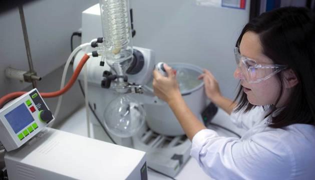 Investigación en un laboratorio de Química de la UPNA.
