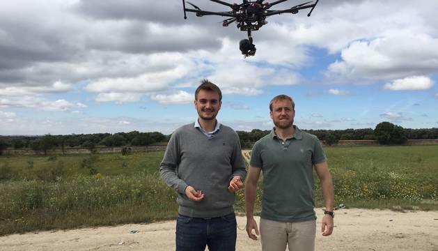 El melidés Juan Carlos Sesma Fraguas, junto con su socio Javier Sánchez Cervigón, en una de las pruebas del dron.