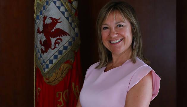 Amparo López ante la bandera de Huarte, localidad de la que es alcaldesa desde el sábado.