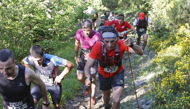Foto de los participantes en un tramo de subida por sendero el pasado año.