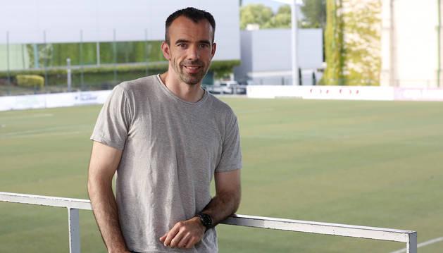 Foto de Andoni Alonso, entrenador de la Mutilvera, a los pies del Mutilnova.