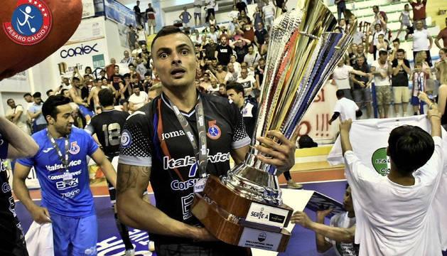 Foto de Diego Mancuso tras proclamarse el pasado sábado campeón de la Seria A italiana con el Pesara.
