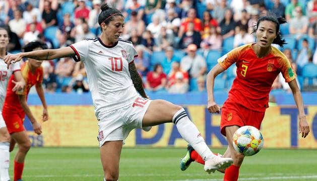 La jugadora de la selección española, Jennifer Hermoso, disputa el balón con la de China, Lin Yuping