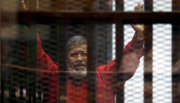 Mohamed Mursi, en una comparecencia ante el tribunal en 2015.