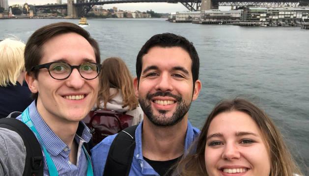 Foto de M. Fernando González Zalba, en el centro, fotografiado en Sidney con dos miembros de su equipo: Simon Schaal y la zaragozana Virginia Ciriano.