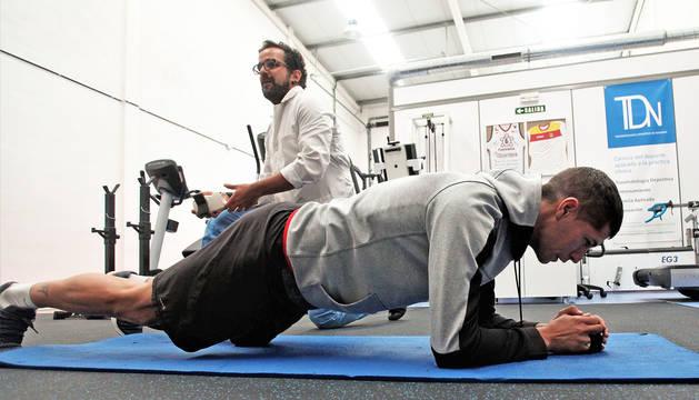 Ioseba Fernández realiza ejercicios de recuperación en la clínica TDN de Mutilva.