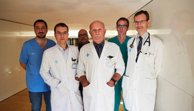 El jefe del Servicio de Cirugía cardíaca, Albert Miralles (c), con los doctores Daniel Ortiz (i) y Josep González (d) junto a su equipo de cardiología.
