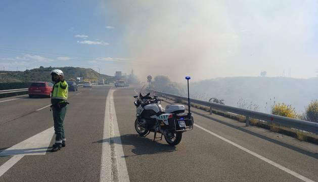 El humo generado por el fuego ha provocado que se tuviera que cortar el tráfico durante varios minutos.