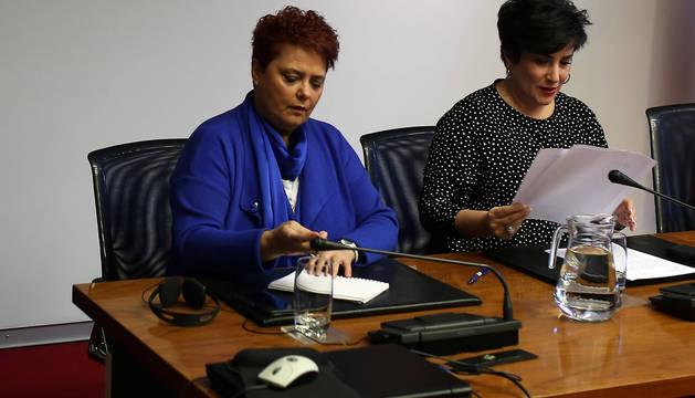 Pilar Mayo, jefa de la sección de Igualdad, y la consejera Solana.