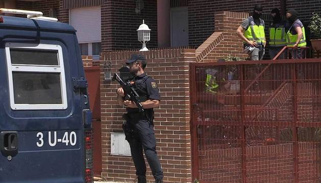 Efectivos de la Policía Nacional realizan un registro en la urbanización Prado Norte en Algete (Madrid), dentro de una operación contra una célula dedicada a la financiación de grupos yihadistas.
