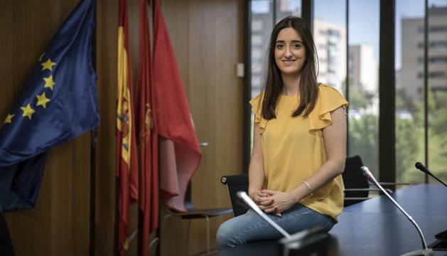 Amaya Larraya, en el salón de plenos del Ayuntamiento de Valle de  Egüés. Al fondo, la urbanización de Sarriguren.