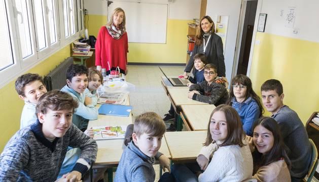 Los 12 niños trabajan con sus profesoras, Alicia Burguete Elarre (izda.) y Alejandra Rubio Ruiz (dcha.), en una de las sesiones.