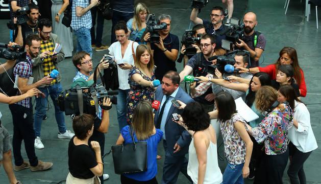 Foto de Unai Hualde, entre un enjambre de periodistas tras la reunión de última hora con el PSN.