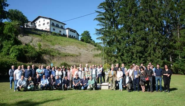 La imagen agrupa a los asistentes a la asamblea anual, que derivó en un homenaje al que fuera presidente de la Asociación de Exalumnos de Lekaroz.