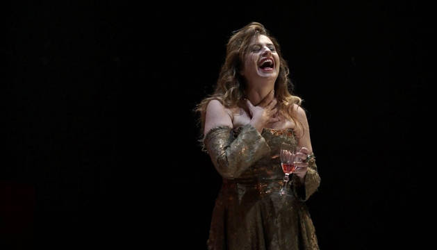 Foto de Lola Baldrich, copa de vino en mano, en una escena de El banquete.