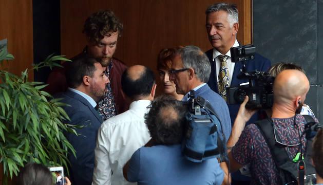 Foto de Unai Hualde, Manu Ayerdi y Koldo Martínez, de Geroa Bai, mientras  informan en mitad del receso cómo están las negociaciones con el PSN a Maiorga Ramírez, Bakartxo Ruiz y Adolfo Araiz, de EH Bildu.