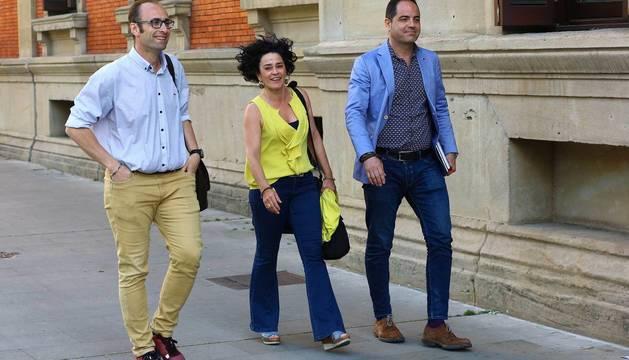 Los socialistas Alzórriz, Aguirre y Jurío entran este martes al Parlamento.