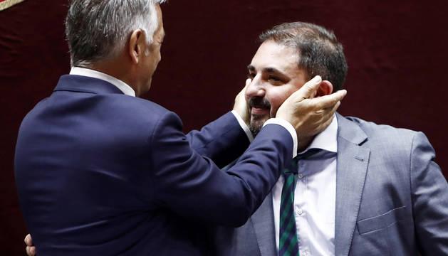 El parlamentario de Geroa Bai Koldo Martínez (i), felicita a su compañero de formación Unai Hualde (d), tras ser elegido presidente del Parlamento Foral.