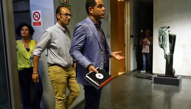 Los socialistas Alzórriz, Aguirre y Jurío se dirigen, tras un receso, a reanudar la reunión a las 22.30 de ayer.