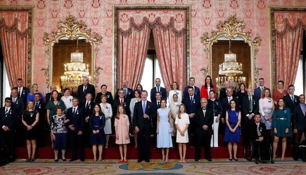 Foto de Felipe VI, junto a la reina Letizia, la princesa Leonor y la infanta Sofía, durante la foto de familia del acto de imposición de condecoraciones a ciudadanos de todas las comunidades autónomas