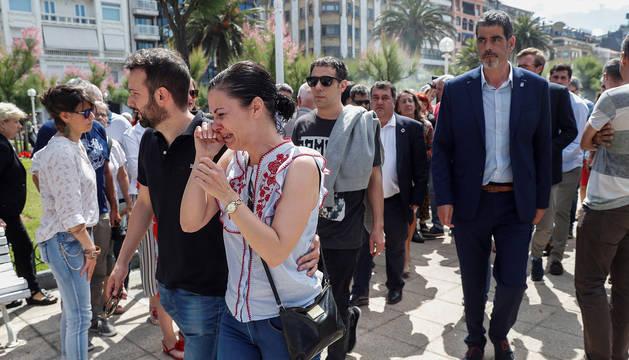 Los tres hijos de la víctima de la agresión que el pasado domingo costó la vida a un hombre de 61 años en San Sebastián, Azuri (c), Joaquín y Bérex Lancha, en una concentración ante el Ayuntamiento donostiarra.