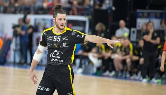 El central de Santesteban Niko Mindegia marca la jugada en un partido de esta temporada con el Chambéry francés.