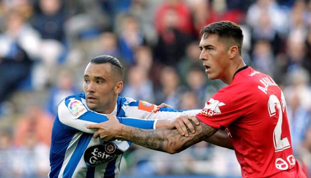 Quique González forcejea con el defensa del Mallorca, Antonio Raillo, durante el encuentro de ida