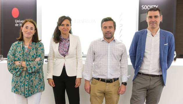 De izquierda a derecha, Charo Sádaba, decana de la Facultad de Comunicación; Isabel Lara, vicepresidenta de Atrevia; Luis Unceta, CEO de Isimar; y Josean Ascarza, CEO de Oniria Consulting.
