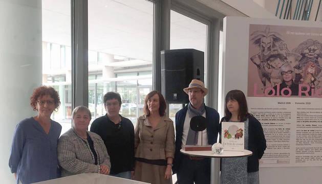 La consejera Herrera, Asun Maestro,  Villar Arellano, hijas e hijo, junto al cartel biográfico de Lolo Rico.