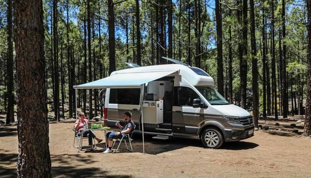Una furgoneta XXL de tipo camper basada en la VW Crafter. Mide seis metros de longitud y llega al mercado con comodidades novedosas como un cuarto de baño con ducha, además de cocina.