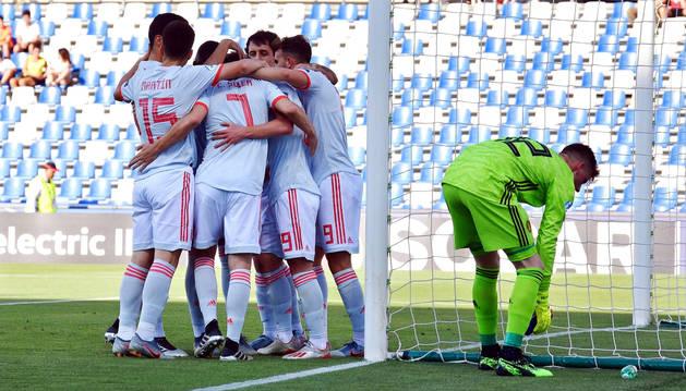 Los españoles celebran el primer tanto anotado contra la selección belga en la segunda jornada del Grupo A.