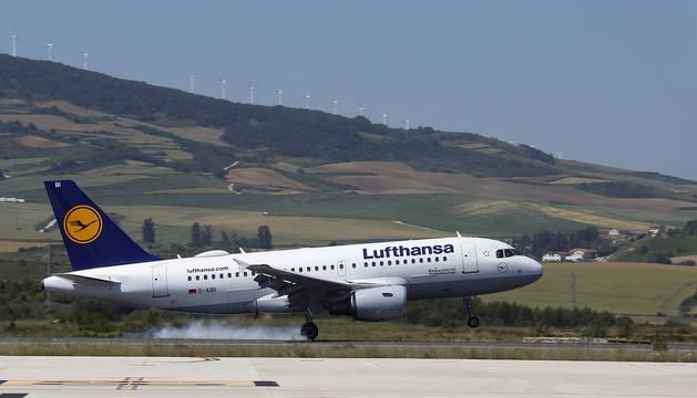 El avión de la línea Pamplona-Frankfurt, operada por Lufthansa, toma tierra en el aeropuerto de Noáin esta semana.