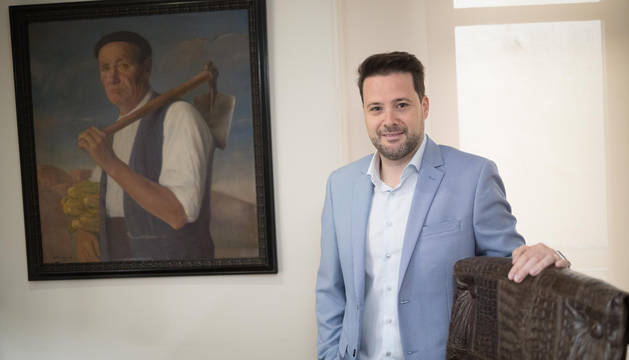 Foto de Alejandro Toquero, en el despacho de alcaldía con el cuadro de su bisabuelo a sus espaldas.