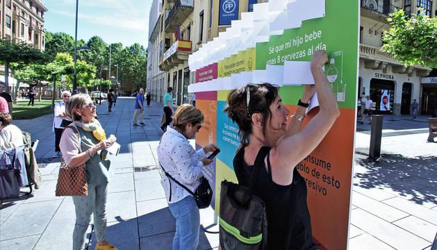 Acción callejera de Proyecto Hombre en la avenida de Carlos III de Pamplona.
