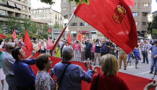 Un momento de la concentración en la Plaza del Vínculo de Pamplona.