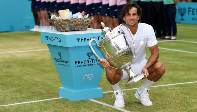 Feliciano López posa con la copa de campeón tras vencer el torneo de Queen's.