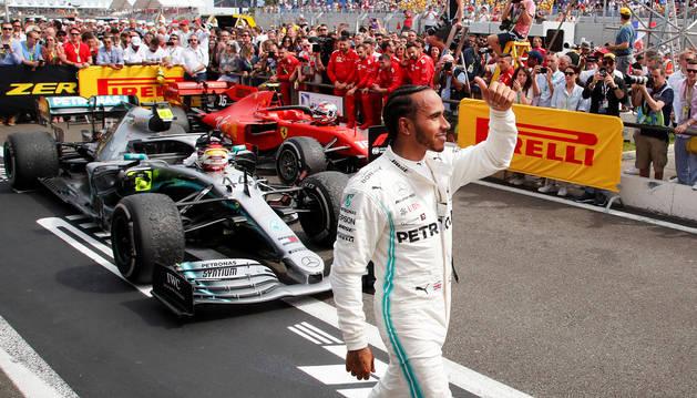 Lewis Hamilton saluda a los aficionados tras ganar el Gran Premio de Francia.