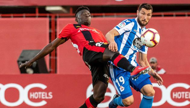 El jugador del Mallorca Iddrisu Baba pelea con el jugador del Deportivo, Borja Valle.