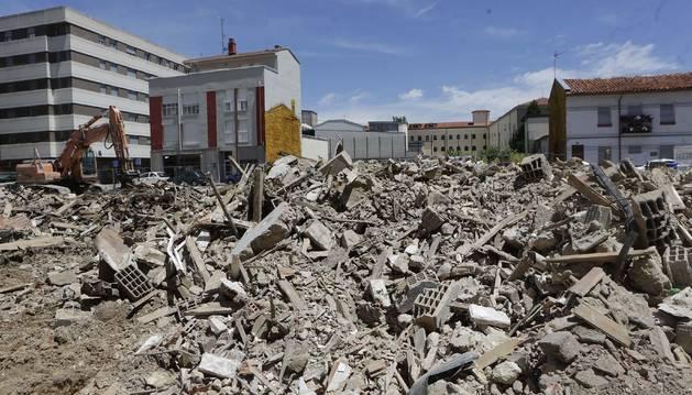 El edificio de las termitas de Burlada reducido a escombros.