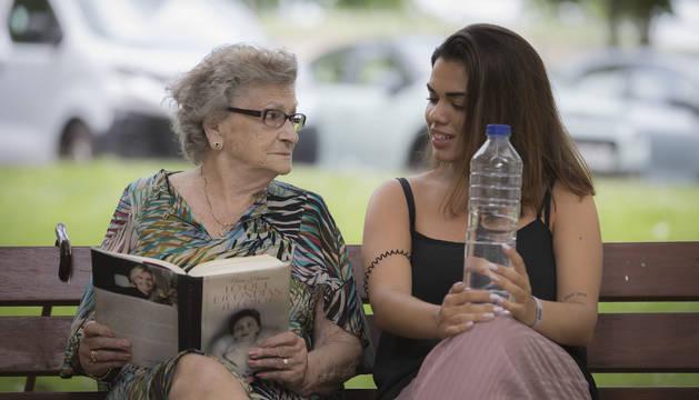 Carlota Usero Tiscar, junto a su nieta Natalia Garcés, este lunes en un banco de Pamplona.