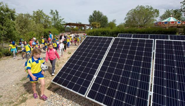 Alumnos del colegio Hilarión Eslava de Burlada contemplan varias de las placas solares instaladas en el Parque de la Naturaleza Sendaviva de Arguedas.