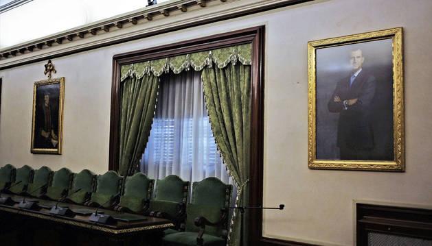 El retrato de Felipe VI, ayer por la mañana, recolocado en el lugar que ocupaba antes de 2017.