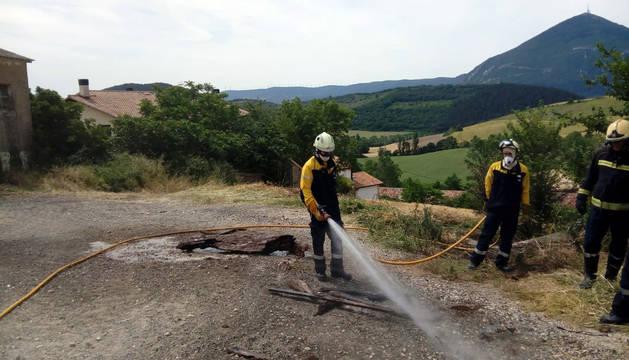 Bomberos, trabajando en la extinción del incendio en Cemboráin.