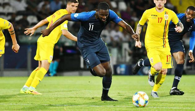 El francés Jean-Philippe Mateta corre tras el balón durante el encuentro contra Rumanía.