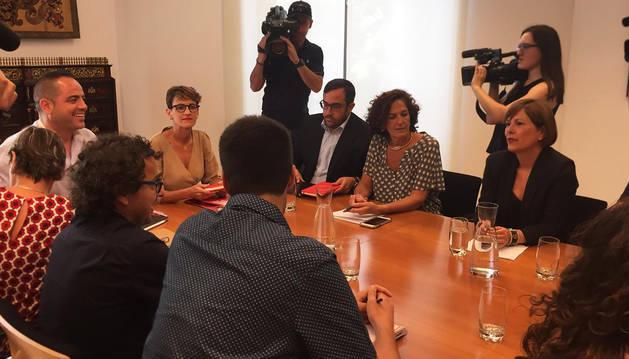 María Chivite (izda.) y Uxue Barkos (dcha.) junto al resto de asistentes a la primera reunión del PSN en el Parlamento de Navarra.